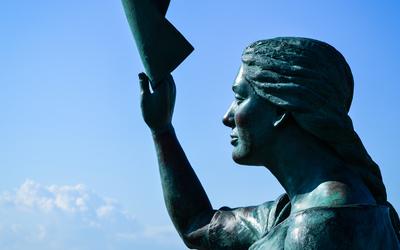 Statue on Torrevieja pier wallpaper