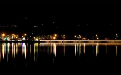 Street lights reflecting in the water wallpaper