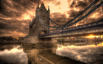 Sunset clouds above the Tower Bridge wallpaper