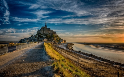 Sunset light over Mont Saint Michel wallpaper