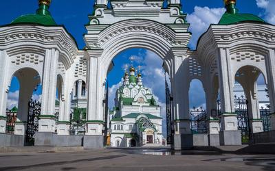 Tremendous gate to the church Wallpaper