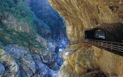 Tunnel of Nine Turns in Taroko Gorge wallpaper