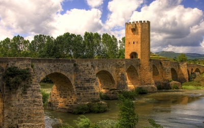 Vintage stone bridge across the river Wallpaper