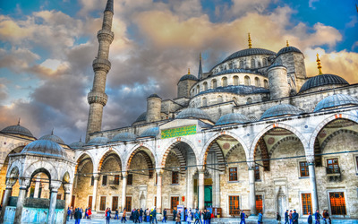 Visitors around Sultan Ahmed Mosque wallpaper
